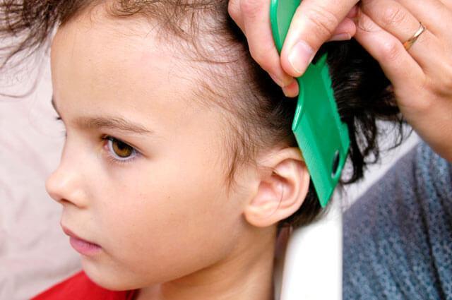 Lapsen päähän käytetään täikampaa