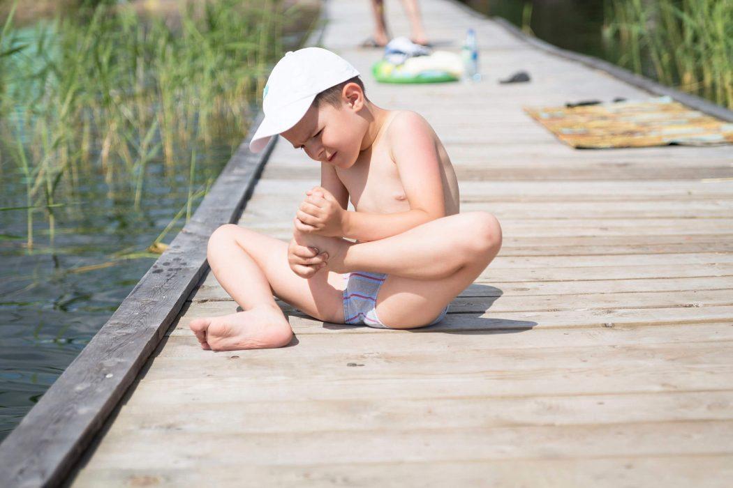 Lapsen jalassa on tikku