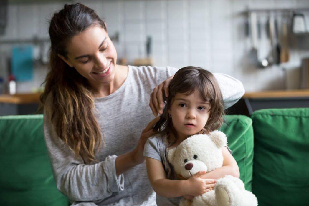 Purkkaa irrotetaan lapsen hiuksista